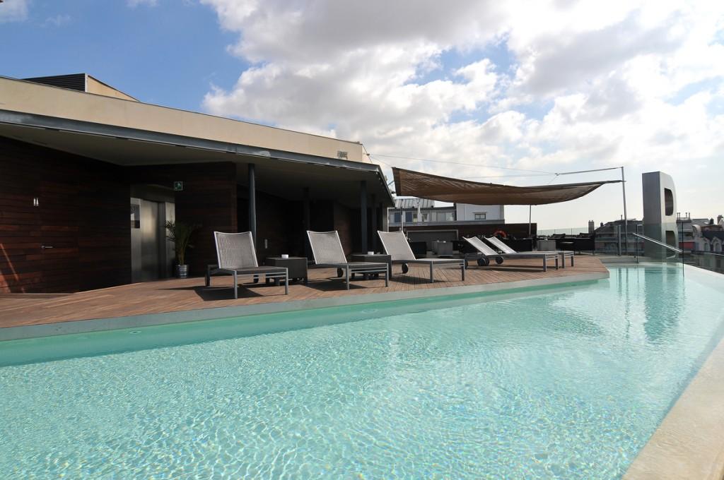 Superbe terrasse et piscine sur le toit de barcelone hotel for Hotel nice piscine sur le toit