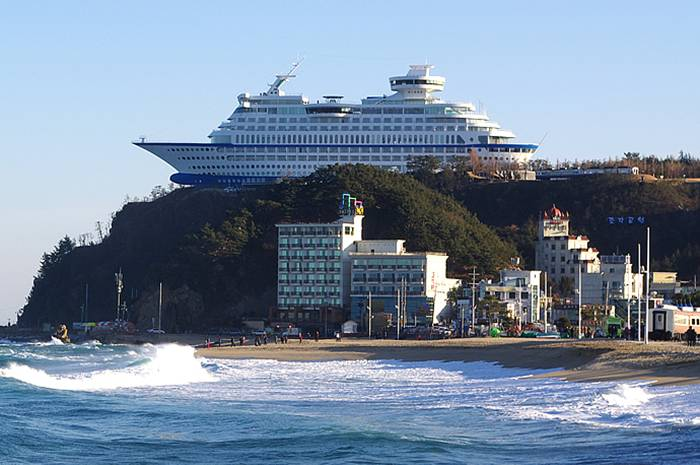 Sun_Cruise_Resort_and_Yacht_from_Jeongdongjin_bateau_coree