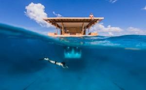 Dormir dans une chambre sous l'eau au milieu de l'océan