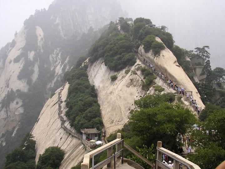 escaladez-le-sommet-vertigineux-du-mont-hua-en-vous-baladant-sur-des-planches-en-bois-au-dessus-du-vide2