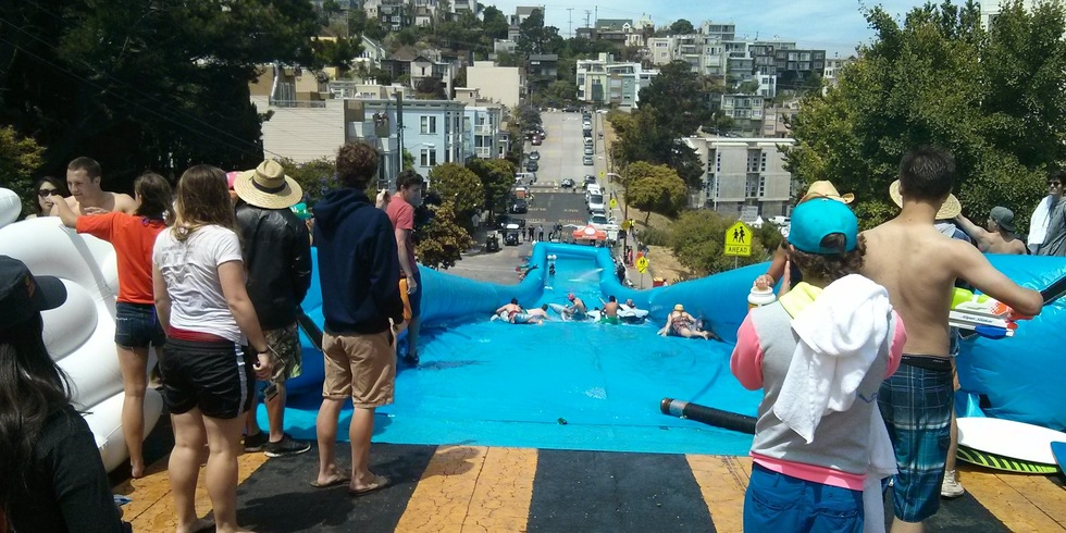 Le toboggan aquatique de rue géant installé à San Fransisco