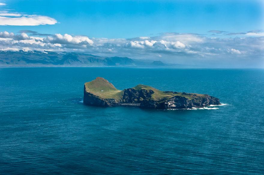 Une petite maison perdue sur une île en Islande