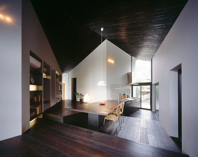 La maison se trouve sur un terrain de forme irrégulière cest pourquoi l intérieur est si