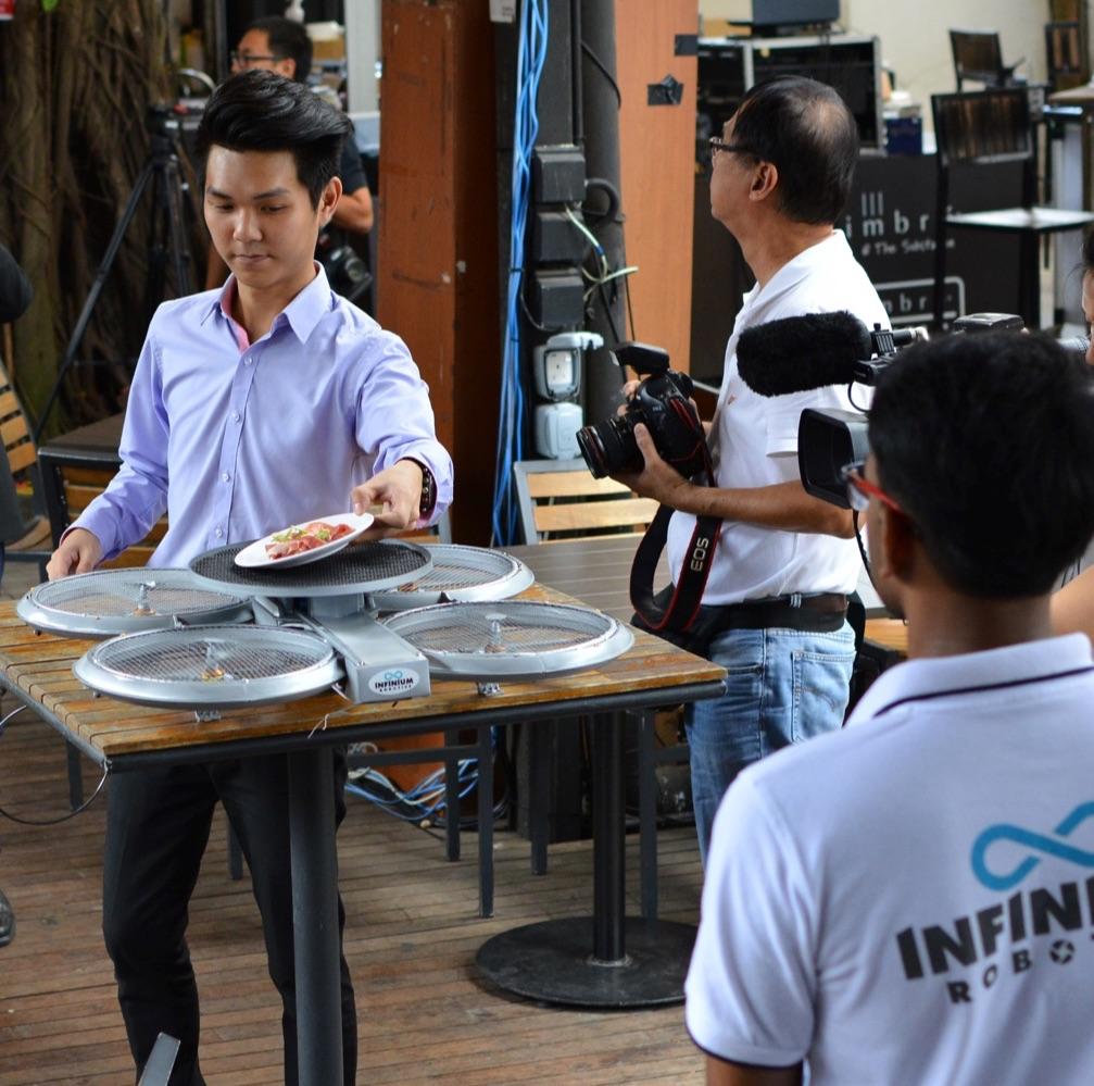 un-restaurant-de-singapour-drones (1)