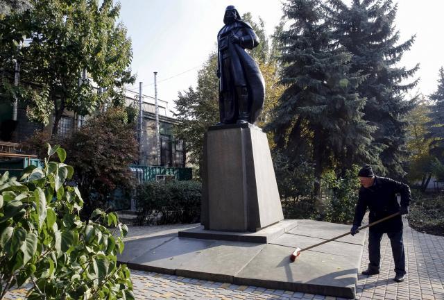 statue-de-lenine-en-ukraine-transformee-en-dark-vador