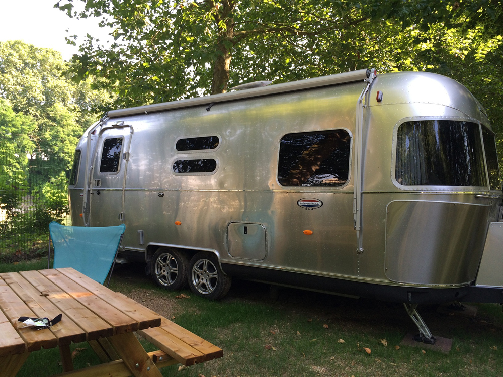 les caravanes airstream au camping de paris concours voyage insolite. Black Bedroom Furniture Sets. Home Design Ideas