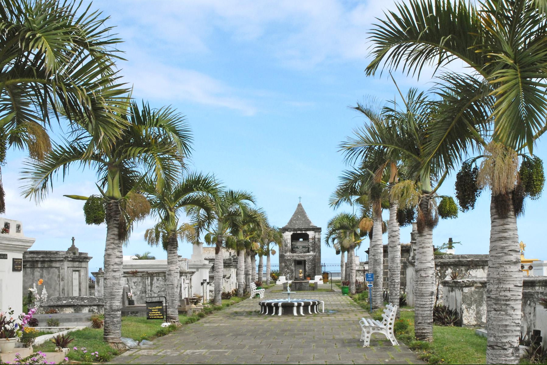 Le cimetière marin a été implanté, en 1788, sur ce site de la Baie de Saint-Paul, premier lieu de peuplement par les français de l'Île de la Réunion (appelée à l'époque Île Bourbon). Il comprend dans sa partie nord les sépultures de vieilles familles de Saint-Paul : les Panon, Desbassyns, Delanux, Desjardins, KerAnval,..ou de personnes décédées lors de leur passage comme Eraste Feuillet ou les marins du bâteau naufragé Ker.Anna. Le cimetière a subi un série de catastrophe naturelles depuis le raz de marée d'août 1883 provoqué par l'éruption du volcan de Krakatoa jusqu'aux cyclones récents. Il a été restauré dans les années 70. Les restes mortels du grand poète, Leconte de Lisle, né à Saint-Paul en 1818 et mort à Louveciennes en 1894 y ont été transférés en 1977.