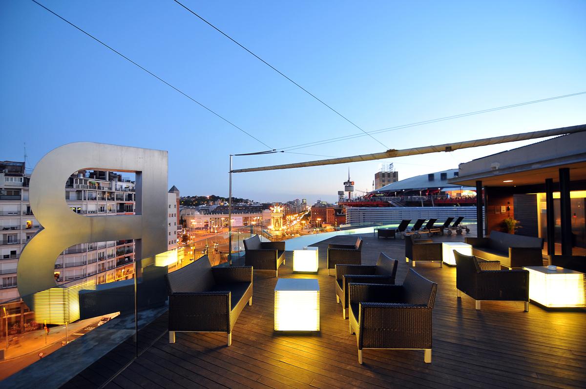 superbe terrasse et piscine sur le toit de barcelone hotel. Black Bedroom Furniture Sets. Home Design Ideas