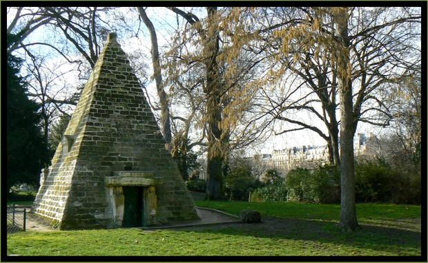 pyramide-parc-monceau