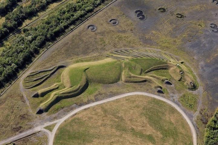 Sultan, cheval minier sculpté dans la végétation au Pays de Galles