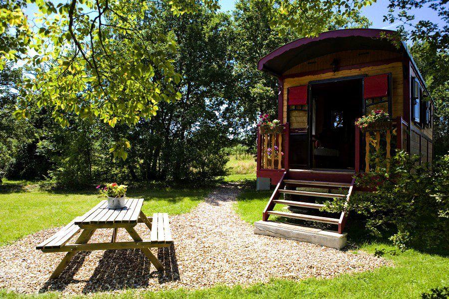 dormir dans une cabane de troll dans le domaine de la grang e poitou voyage insolite. Black Bedroom Furniture Sets. Home Design Ideas