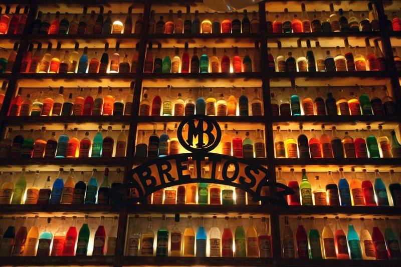 Le mur de bouteilles dans la distillerie Brettos à Athènes