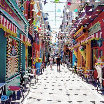 La jolie et colorée rue de Pittaki à Athènes