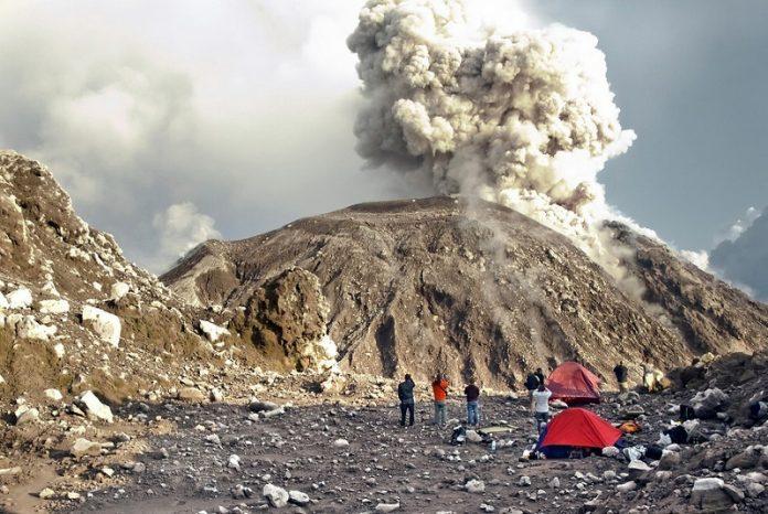 Camping à côté d'un volcan en activité
