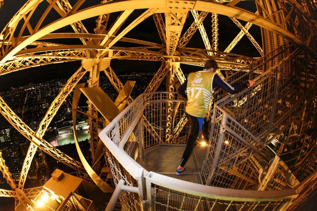 Totalement ouverte sur l'extérieur, la Verticale de la tour Eiffel est la seule course d'escaliers au monde de ce type. Elle offre aux participants une expérience absolument unique en son genre sur le monument le plus visité au monde. Au terme d'un effort extrêmmement exigeant pour arriver à bout des 1665 marches de la tour, les coureurs terminent leur ascension avec une vue spectaculaire de Paris by night.