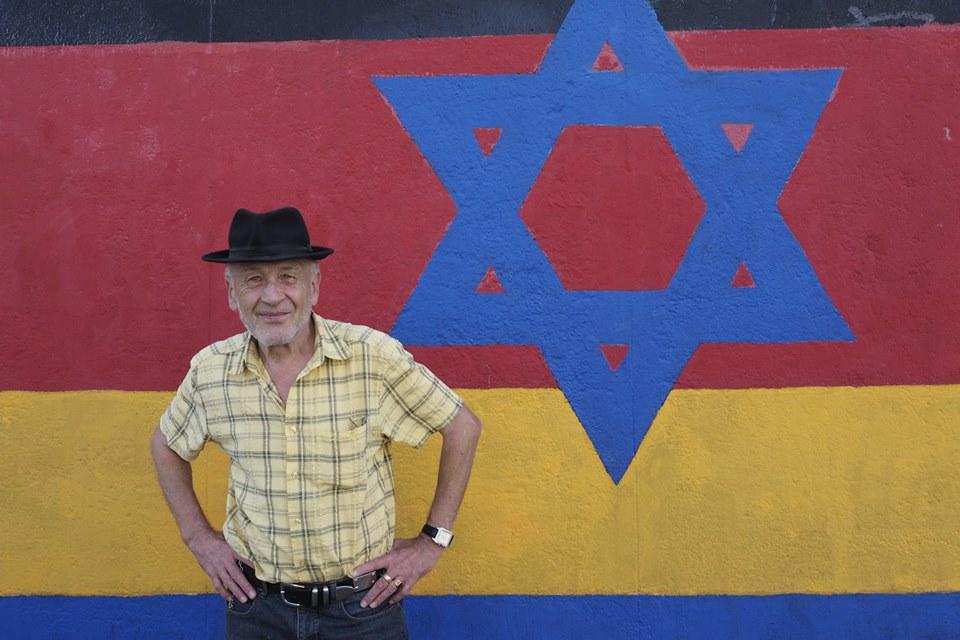 Günther Schaeffer et son drapeau de l'Allemagne réunifiée avec une étoile juive