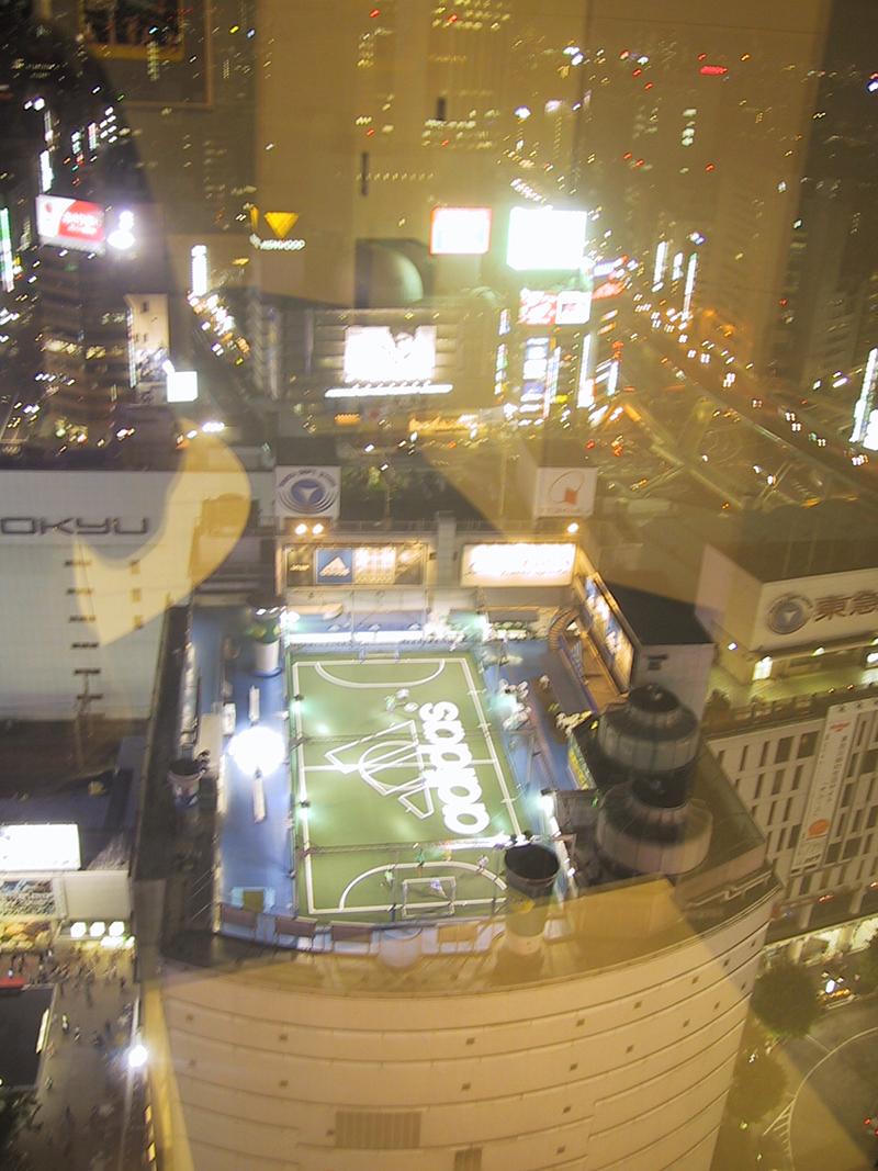 terrain de foot sur le toit à Tokyo