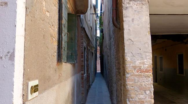la rue la plus petite petite au monde à Venise