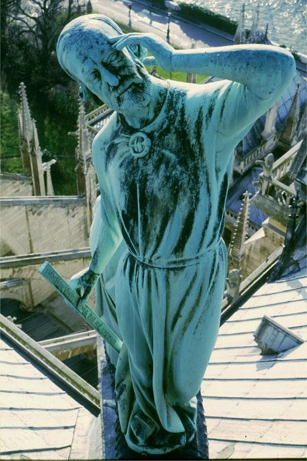 Statue de Viollet-le-duc à côté de la flèche