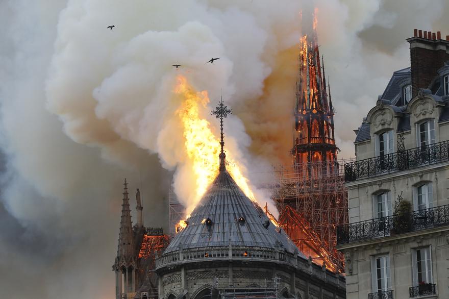 La flèche de Notre-Dame de Paris en feu