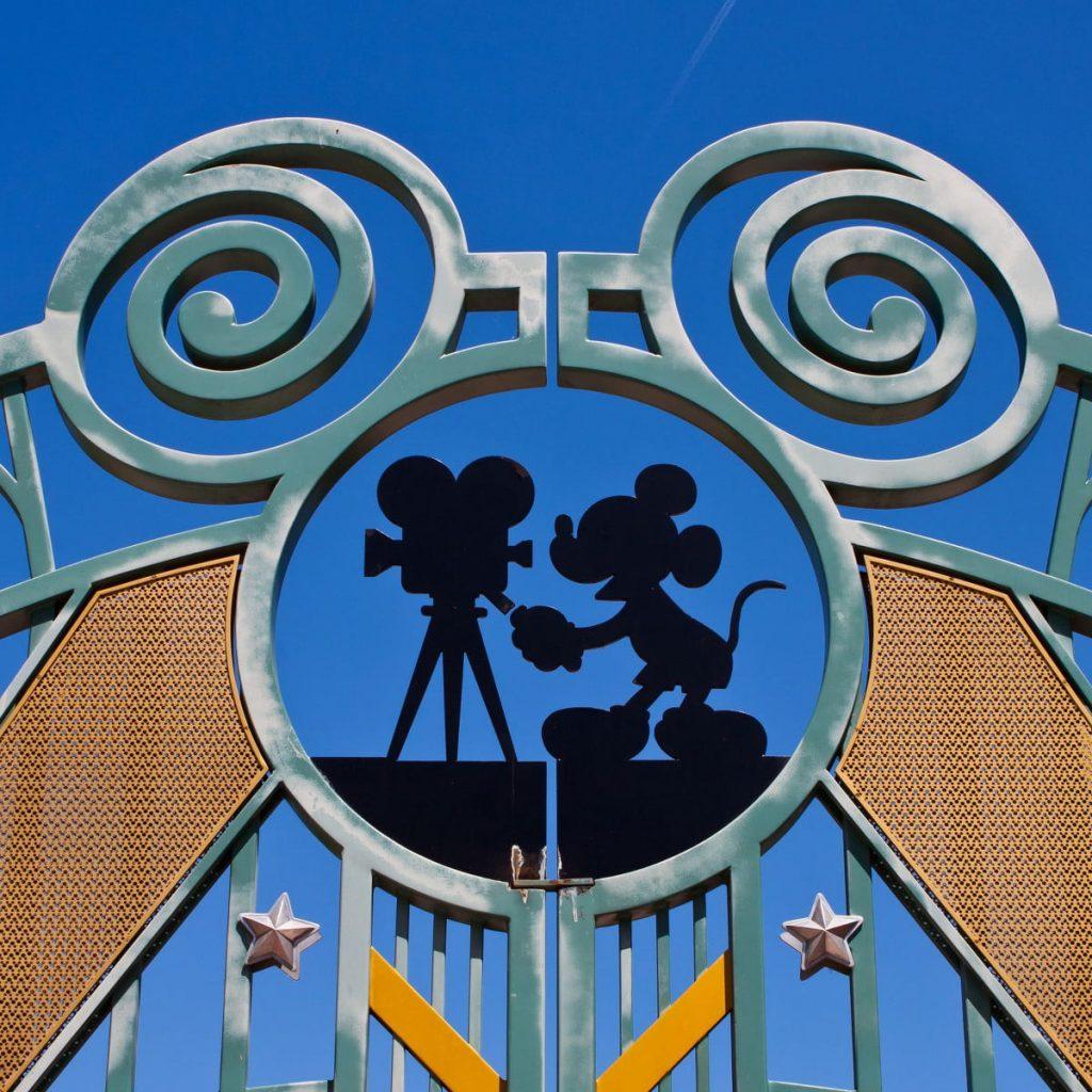 Un symbole de Mickey caché dans les portes du parc Walt disney studio