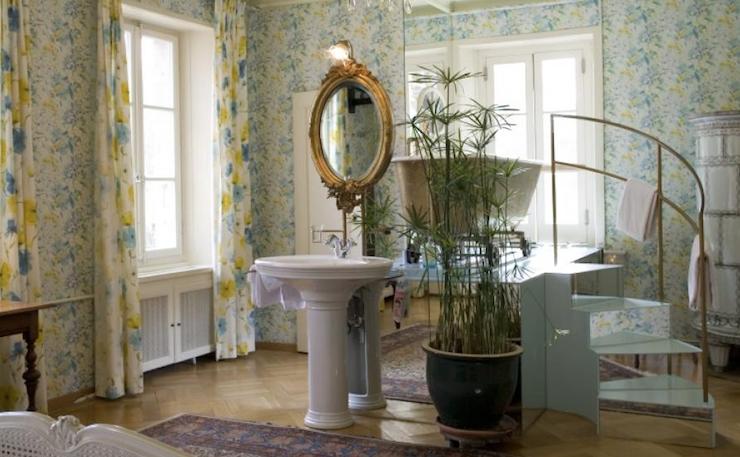 Chambre avec une baignoire dans laquelle on peut prendre un bain...par la fenêtre