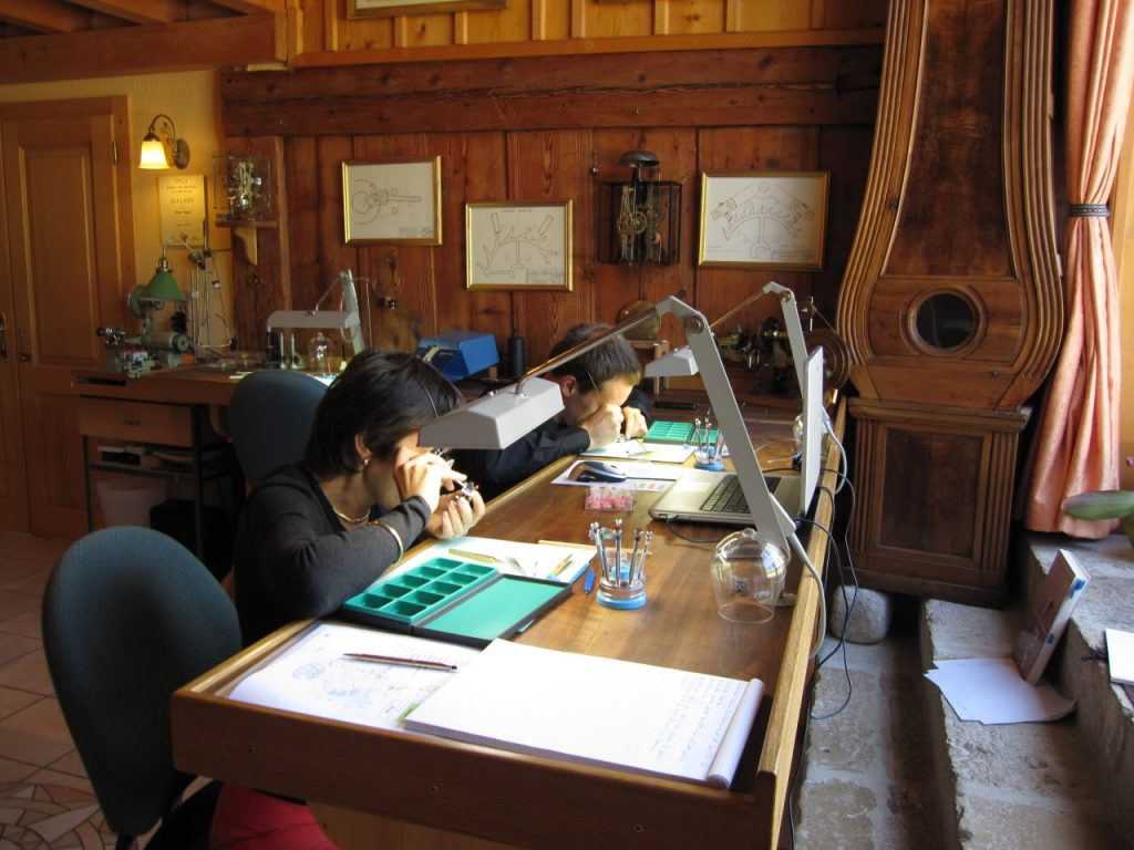 Après deux heures de théorie un homme et une femme passent à la fabrication de montres