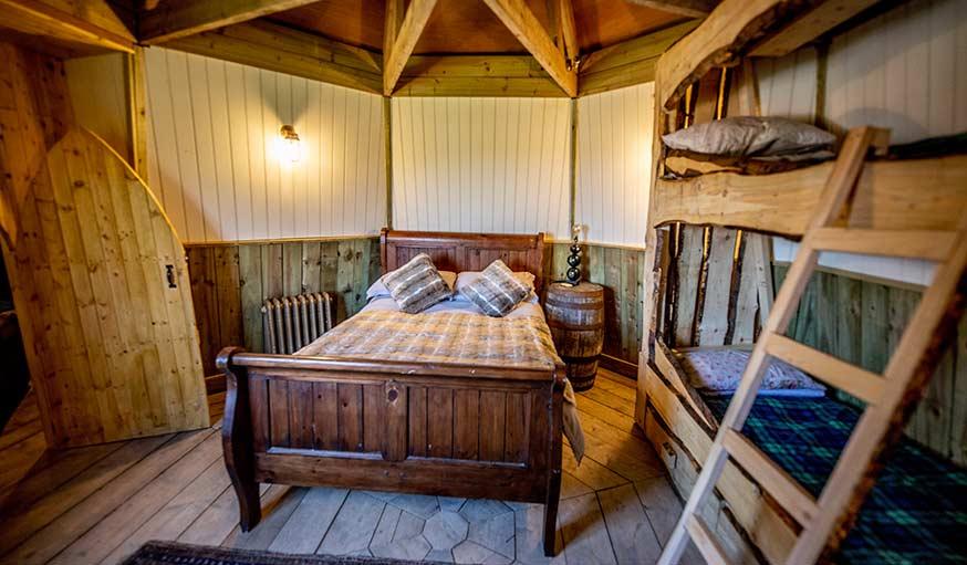 Le coin chambre d'Hagrid tout en bois