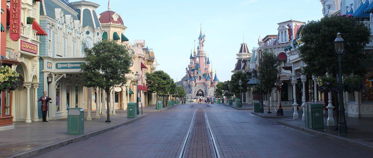 La célèbre allée Main Street avec vue sur le château de Disneyland Paris