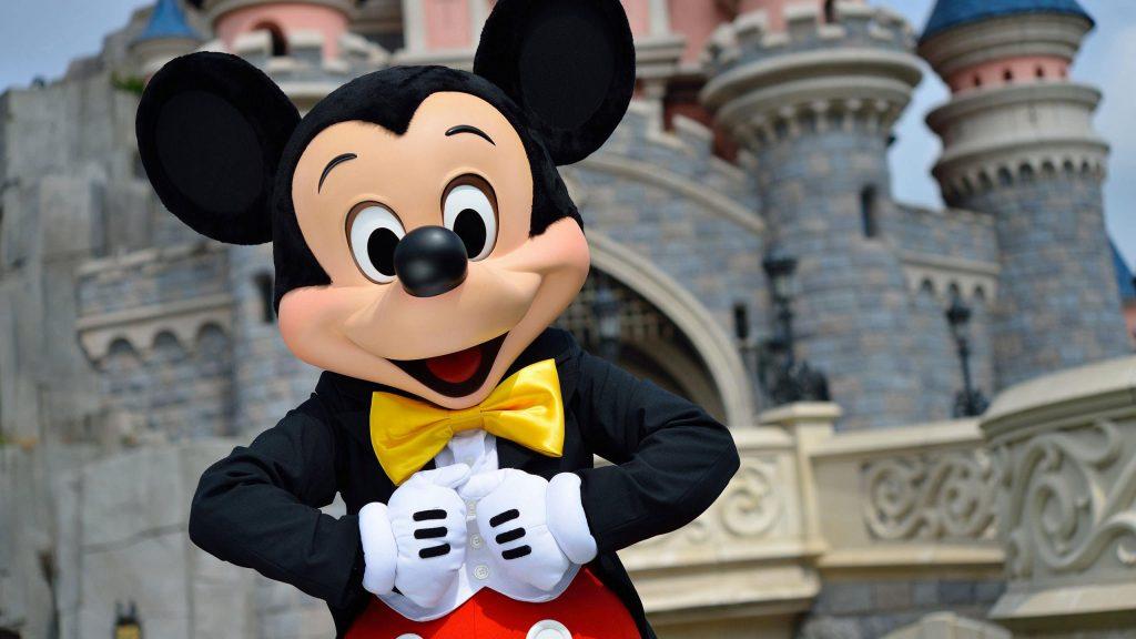 Mickey prend la pose devant le château