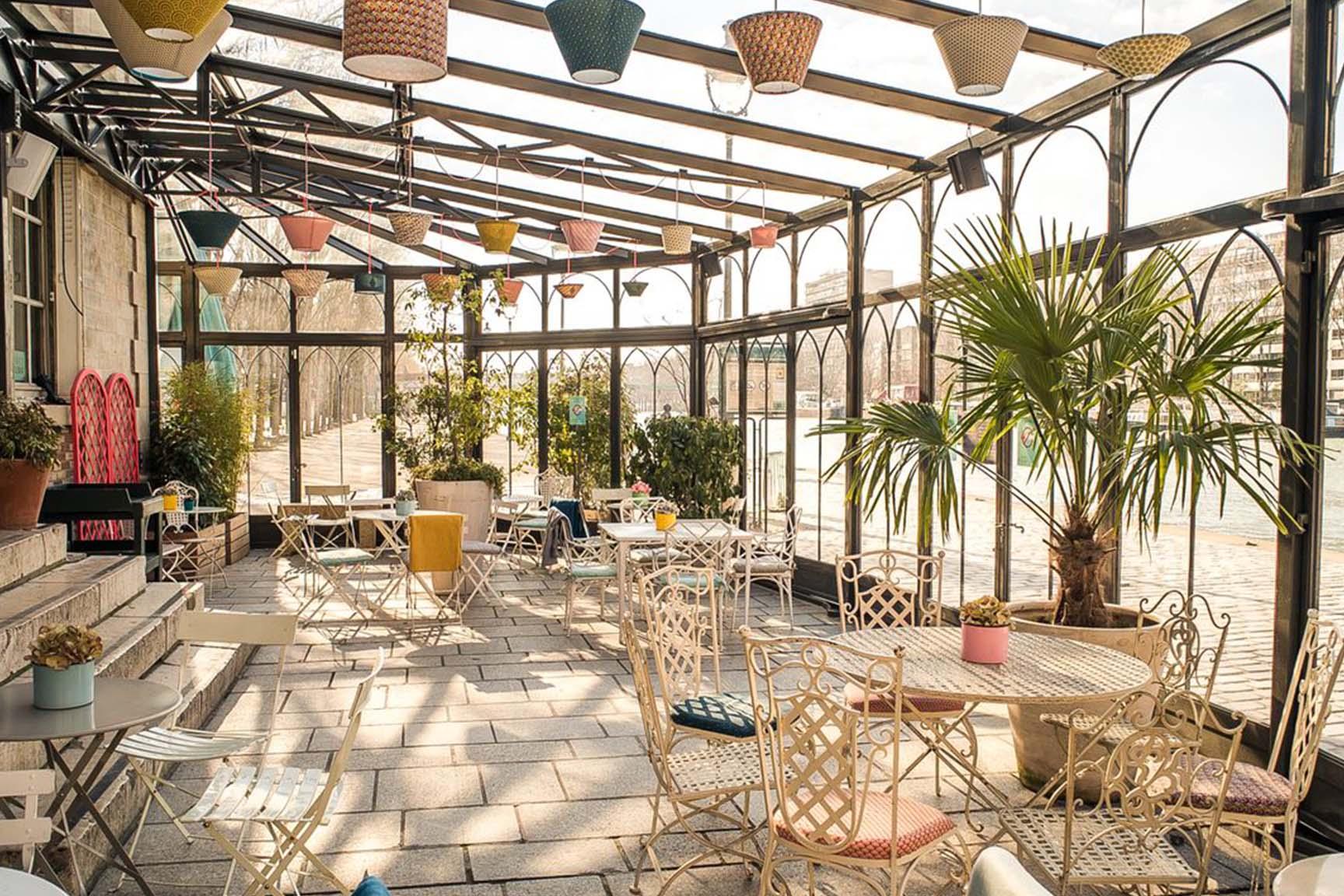 Le très cosy et coloré café-restaurant, le Pavillon des Canaux aux abords du bassin de la Vilette