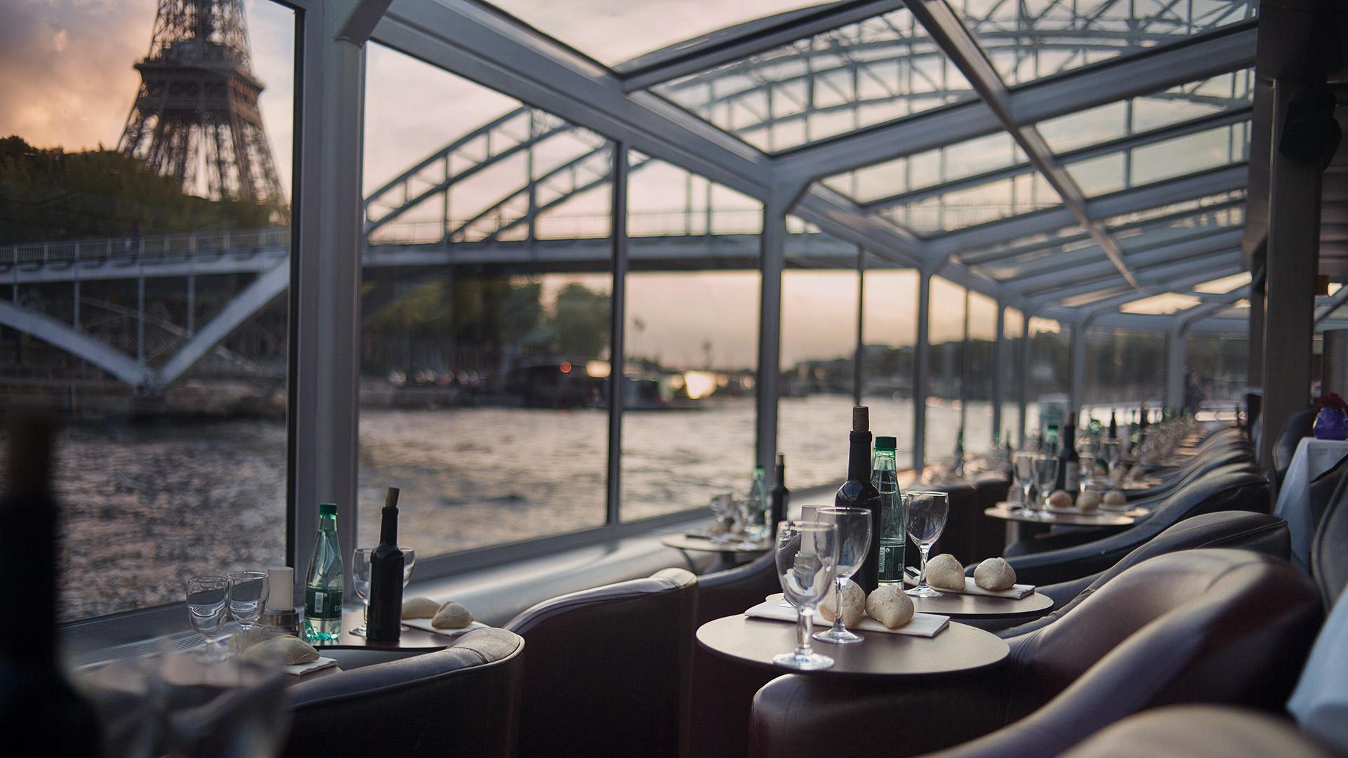 Un dîner de croisière dans un bateau restaurant voguant sur la Seine
