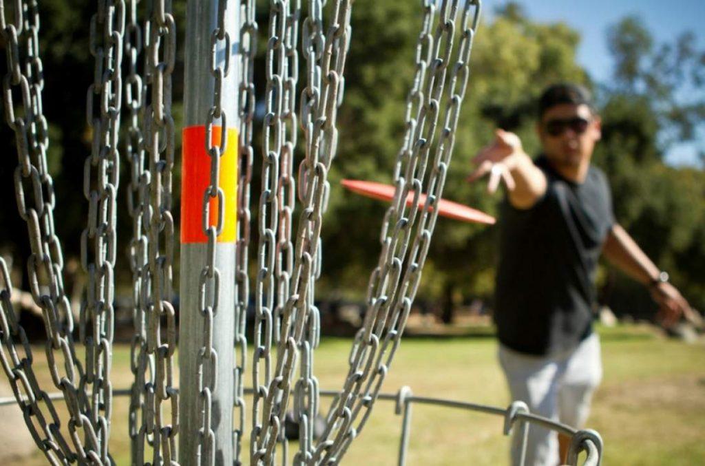 Un homme qui joue au disc golf