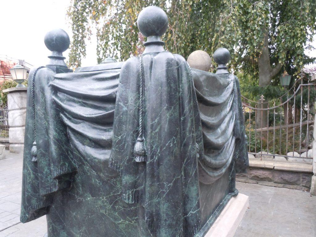La tombe vivante du cimetière Both Hil près du Phantom Manor de Disneyland