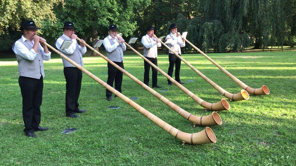 Des musiciens de cor entrain de jouer un morceau