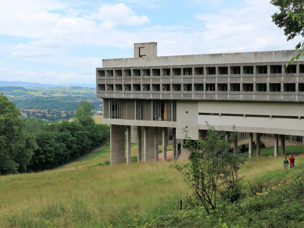 Le couvent de la Tourette, oeuvre architecturale au beau milieu de la nature et entourée de verdure