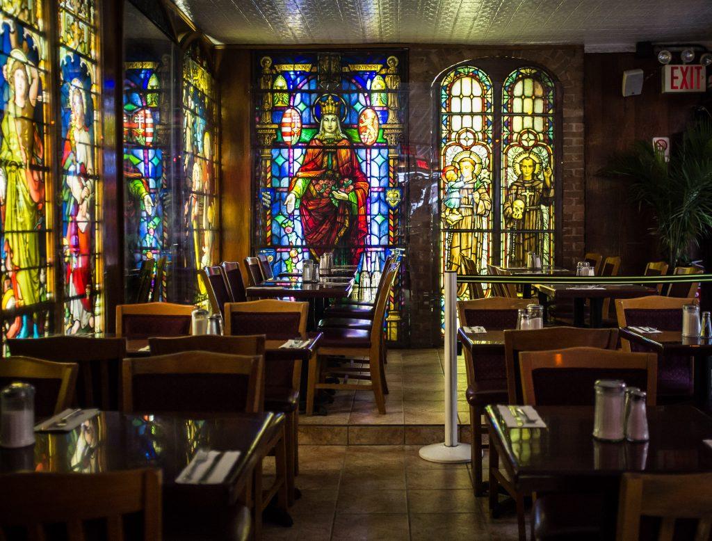 Les beaux vitraux du Cloister cafe à New-York