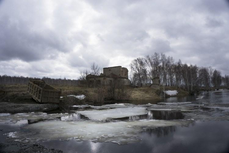 Une maison près d'un fleuve après la catastrophe à Maïak