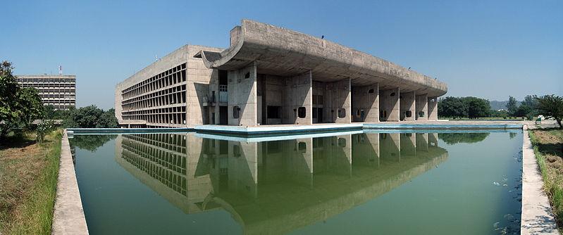Palais de l'Assemblée de Chandigarh aux couleurs épurées et qui se reflète dans l'eau