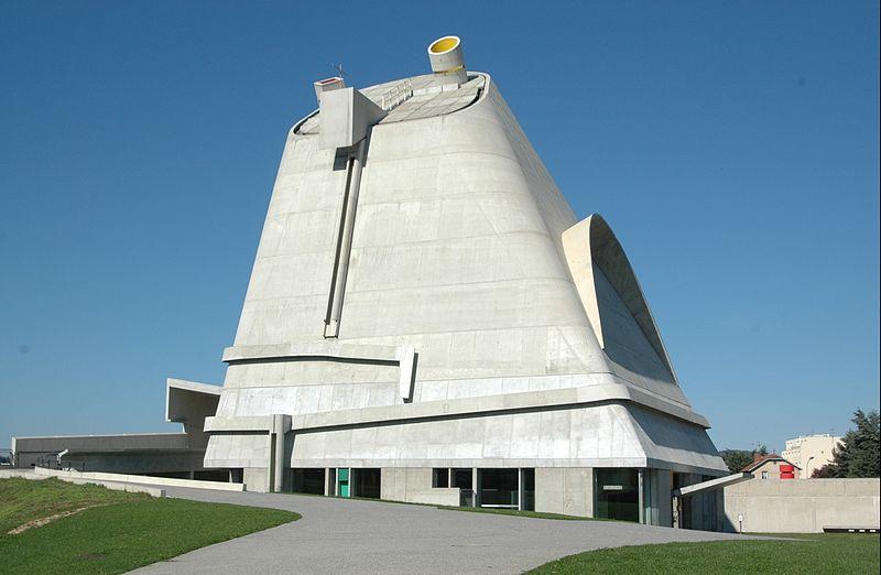 L'Eglise vue de l'extérieur, très originale par sa forme de pyramide