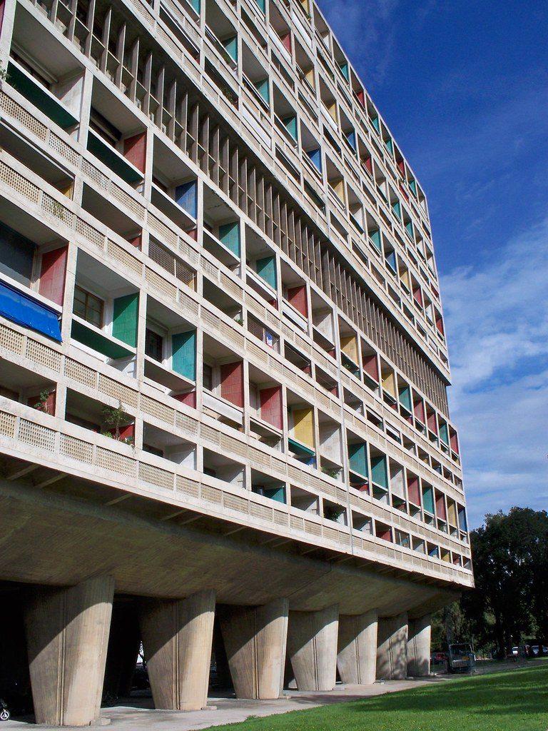 La façade très colorée de la Cité radieuse à Marseille, avec ses formes géométriques très droites et régulières
