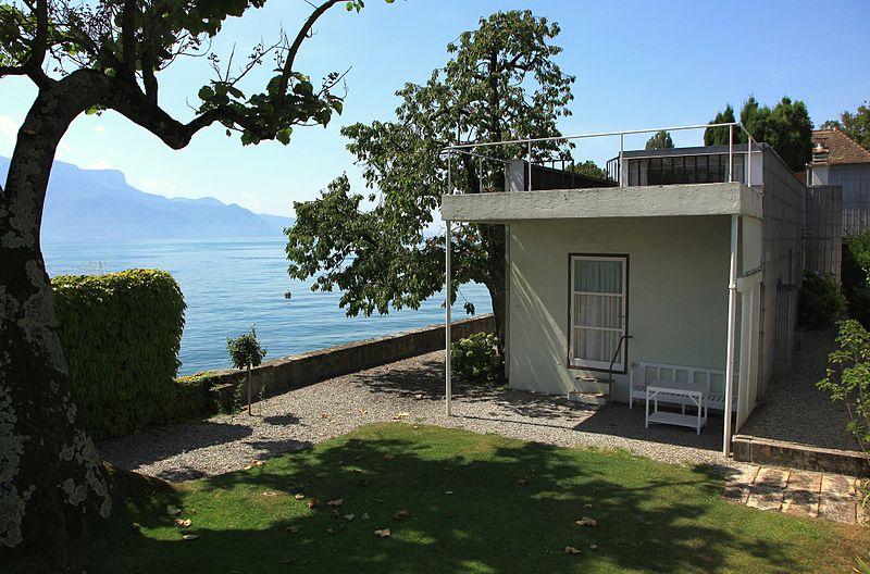 La vue depuis le jardin de la villa sur la petite maison et son toit-terrasse, ainsi que le panorama sur le Lac Léman