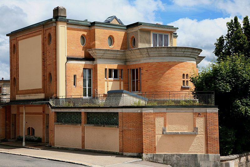 L'originale Villa Schwob et ses formes géométriques variées, ainsi que sa structure en briques qui la différencie des autres œuvres corbuséennes
