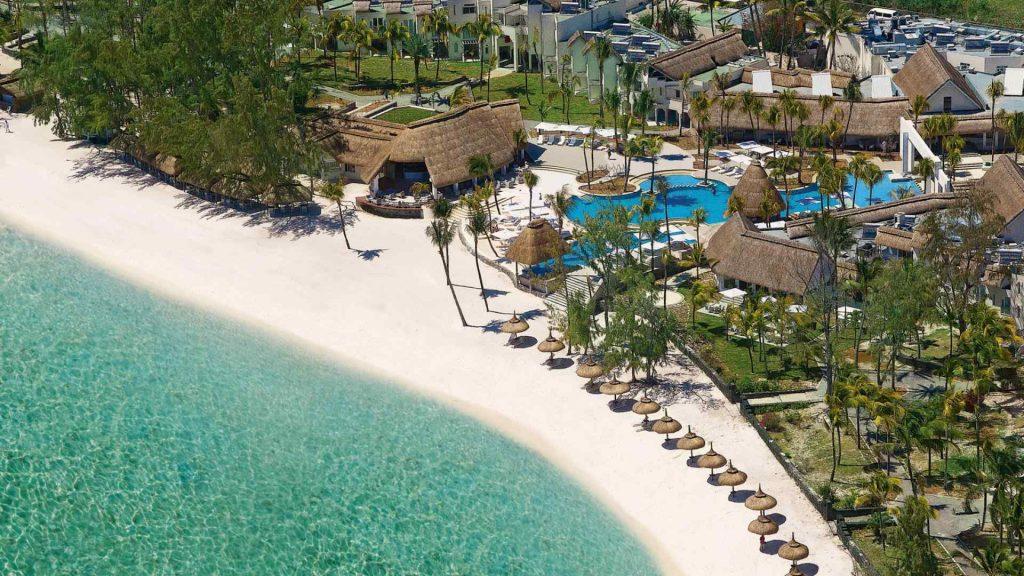 L'hôtel Ambre, sa piscine et sa plage vus du ciel