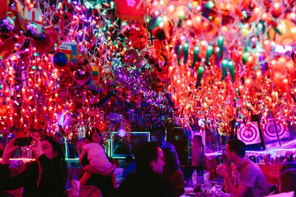 L'intérieur remplie de lumières colorées