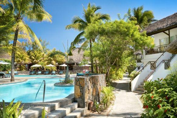 L'Émeraude Beach Attitude et sa piscine entourée de palmiers