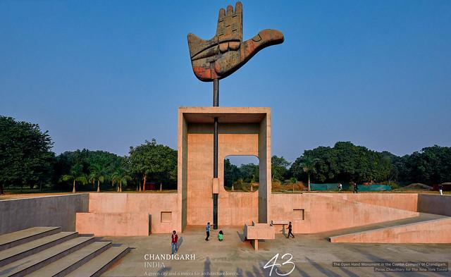Sculpture de la main ouverte à Chandigarh avec une forêt en arrière-plan