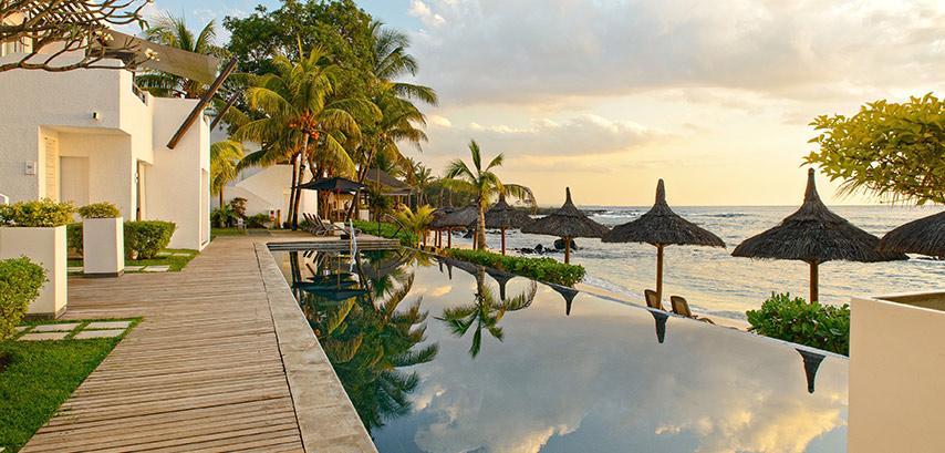 La piscine de l'hôtel Récif Attitude avec vue sur la mer
