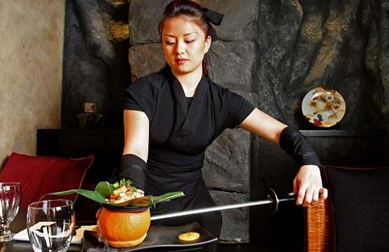 Une serveuse sert le repas avec un sabre