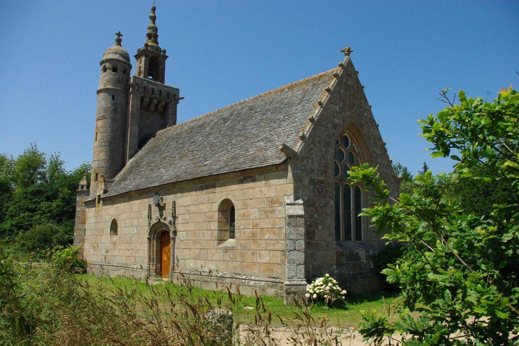La chapelle dans son écrin de verdure
